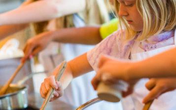 Cuisiner avec les enfants tours a table cours de for Stage cuisine enfant